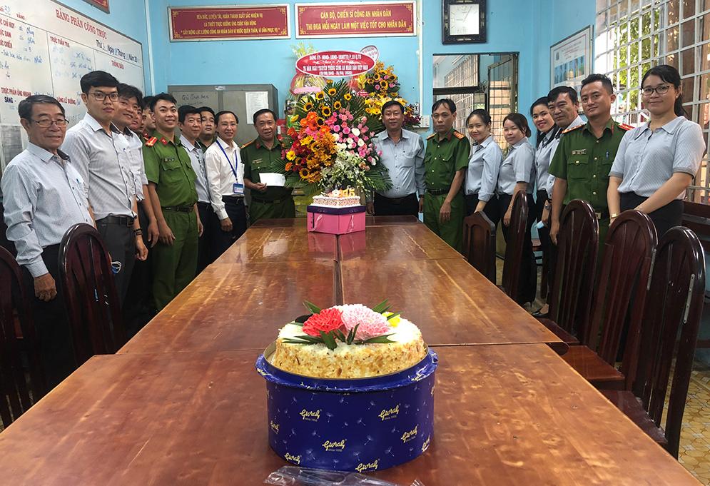 Lãnh đạo Phường 10 chúc mừng Công an phường  nhân Ngày truyền thống Công an nhân dân