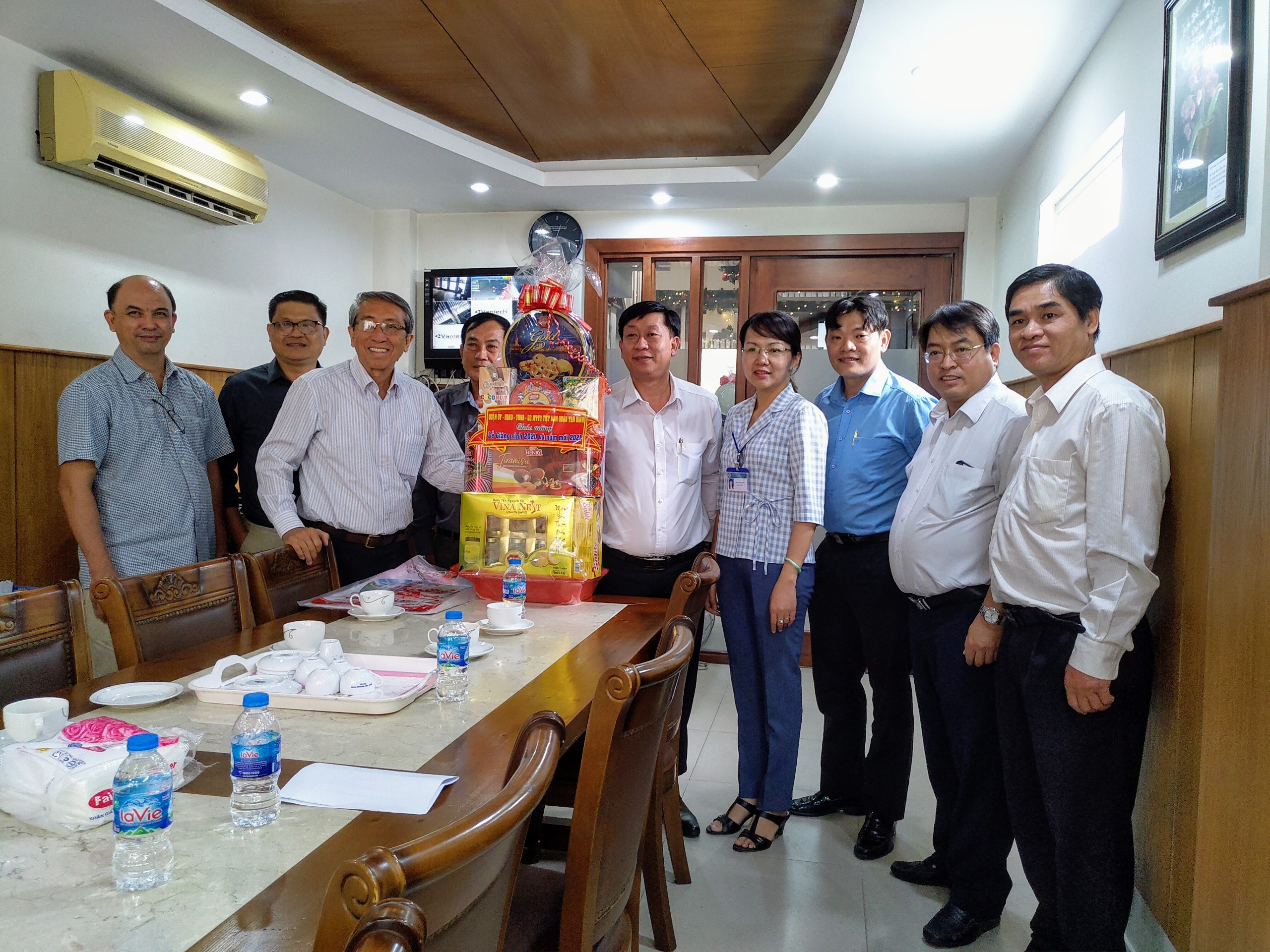 Lãnh đạo quận Tân Bình và Phường 10 thăm, tặng quà chúc mừng Chi Hội Thánh Tin Lành Phú Thọ Hòa và Mục sư Lê Đình Trung – Quản nhiệm Chi Hội nhân Lễ Giáng sinh năm 2020.