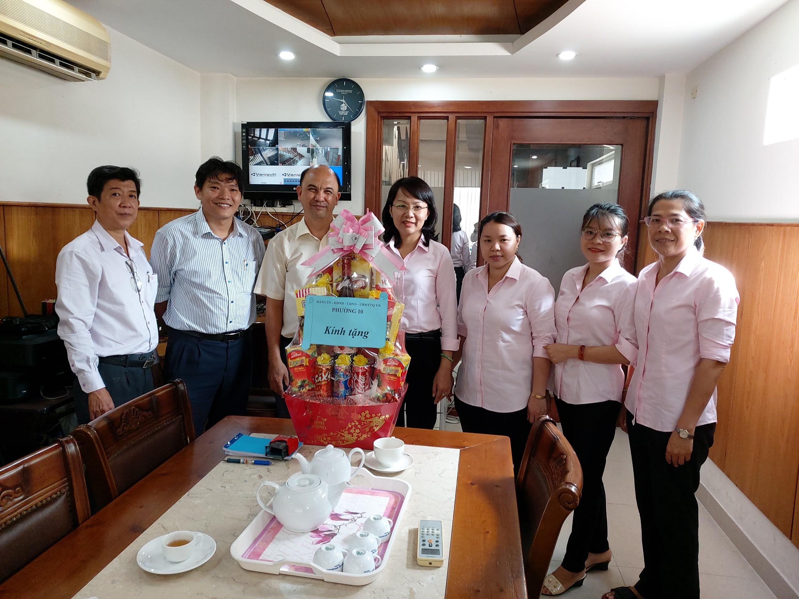 Lãnh đạo Phường 10 thăm và tặng quà Chi Hội Thánh Tin lành Phú Thọ Hòa nhân dịp Lễ Phục sinh.
