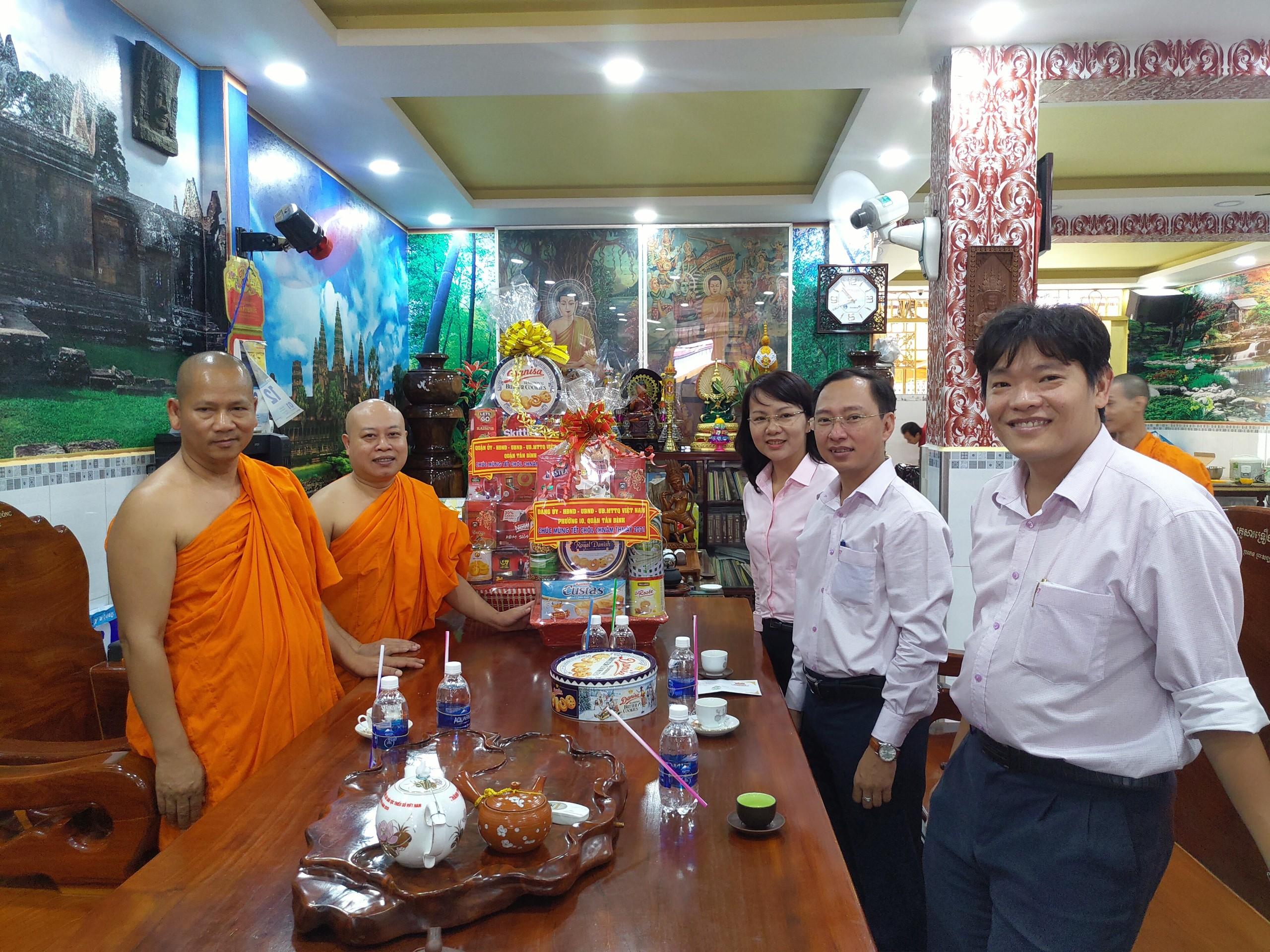 Lãnh đạo Phường 10 quận Tân Bình thăm, tặng quà chúc mừng Tết cổ truyền Chôl Chnăm Thmây của đồng bào Khmer tại chùa Pothiwong